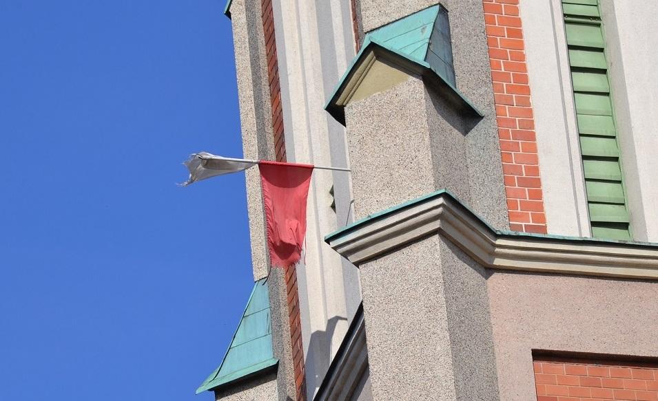 flaga na kościele